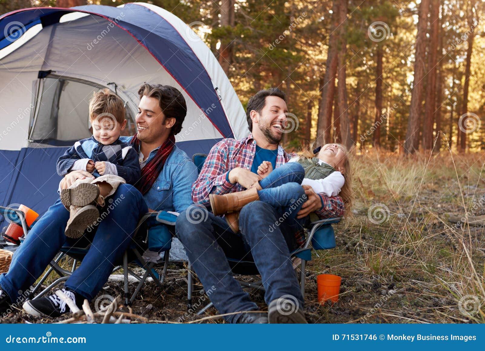 Coppie maschii gay con i bambini sul viaggio di campeggio
