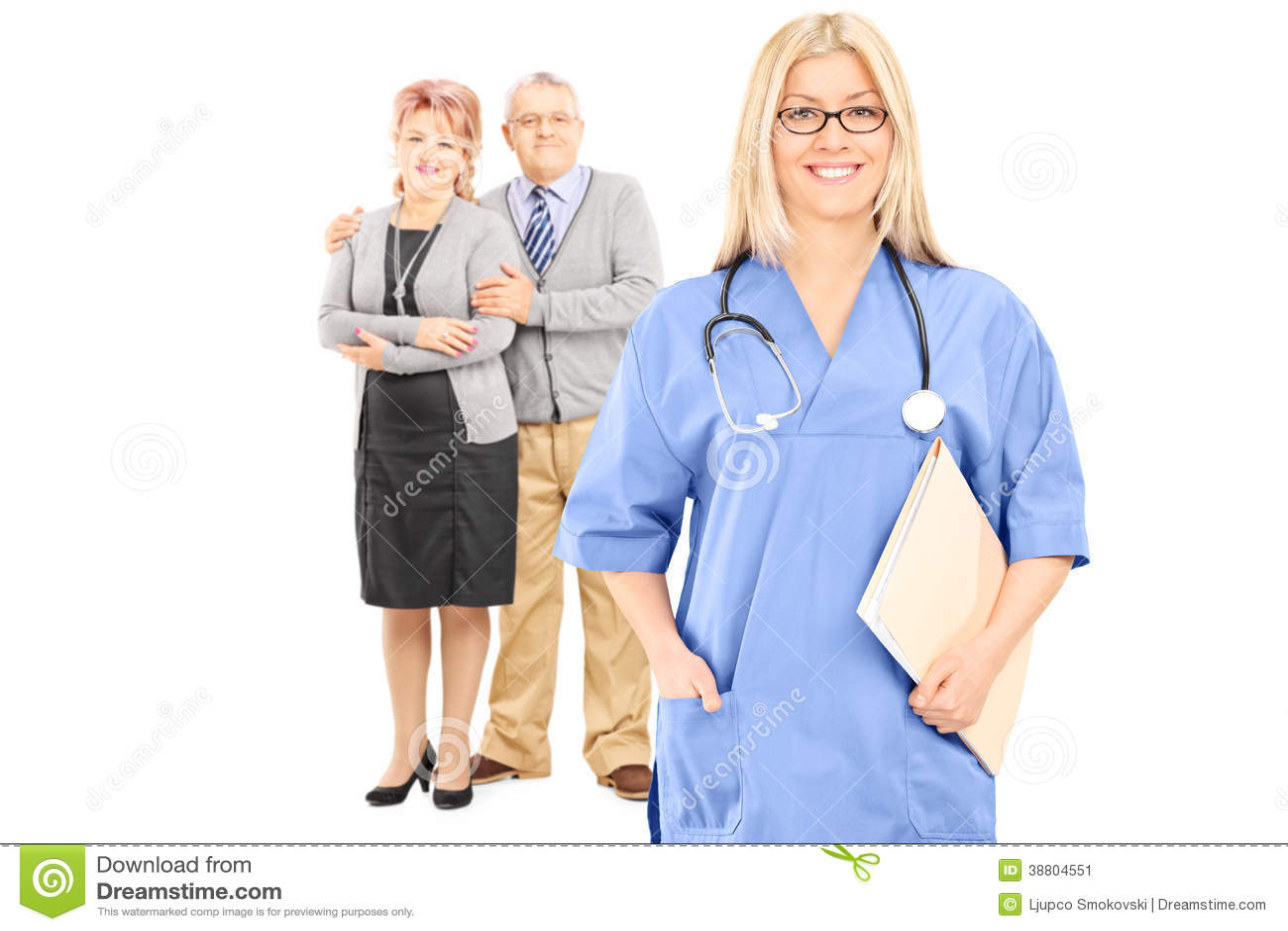 Coppie mature che posano dietro medico femminile