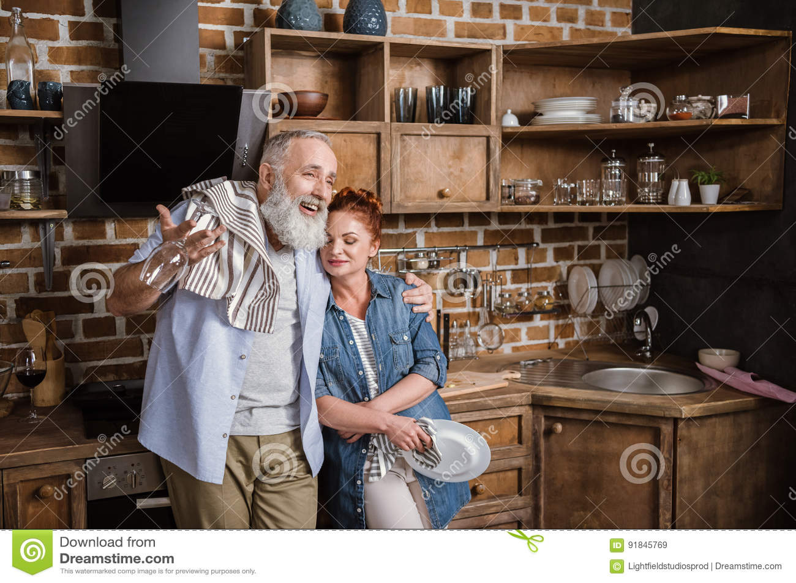 Coppie mature in cucina