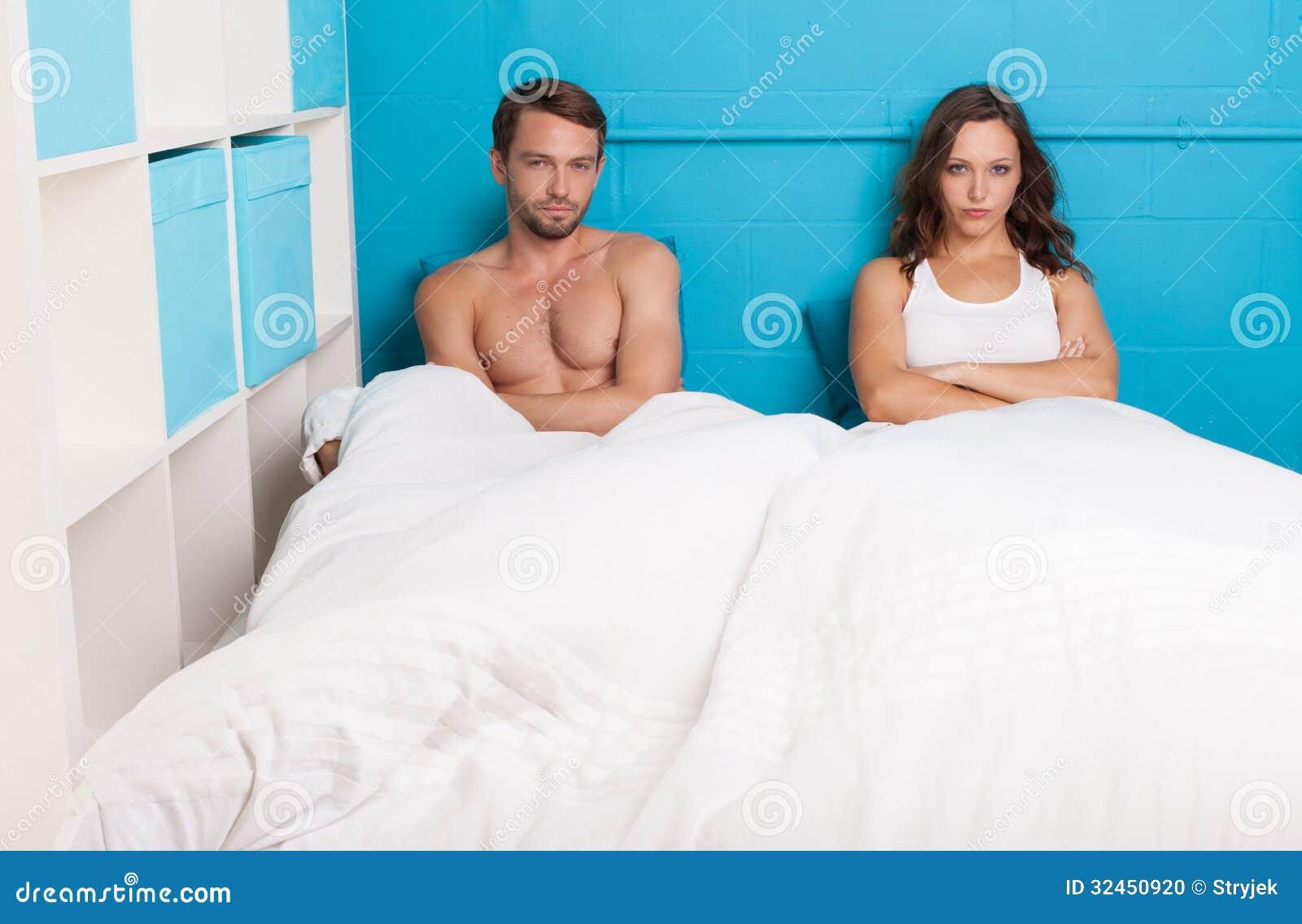 Coppie pessimistiche che hanno una discussione che si siede sul letto fotografia stock - Letto che si chiude ...