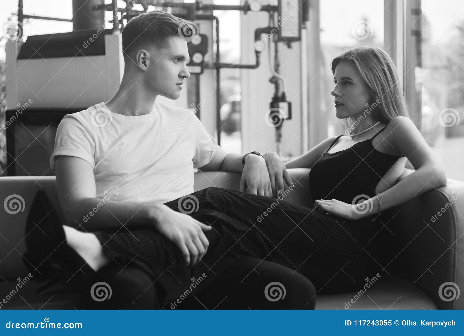 Coppie romantiche che godono della società a vicenda in bianco e nero Giovani coppie nell abbraccio di amore Ragazza sexy nel ner
