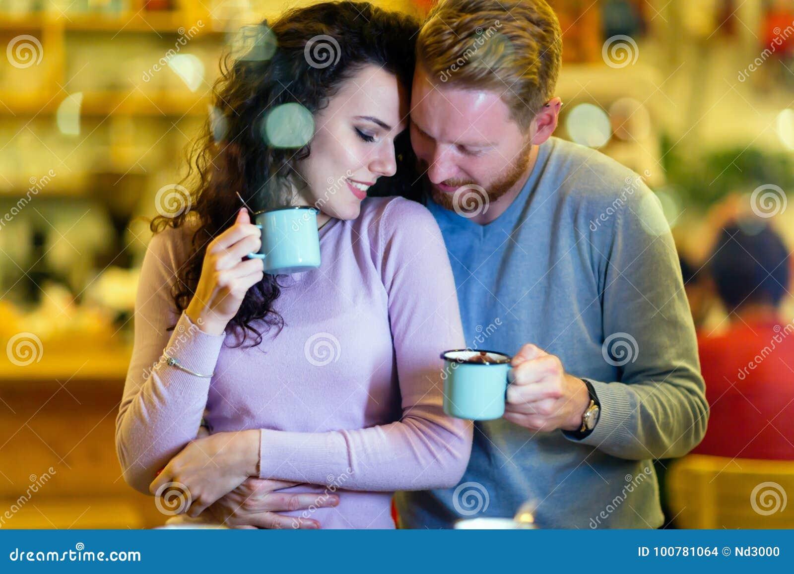 Coppie romantiche che hanno data in caffetteria