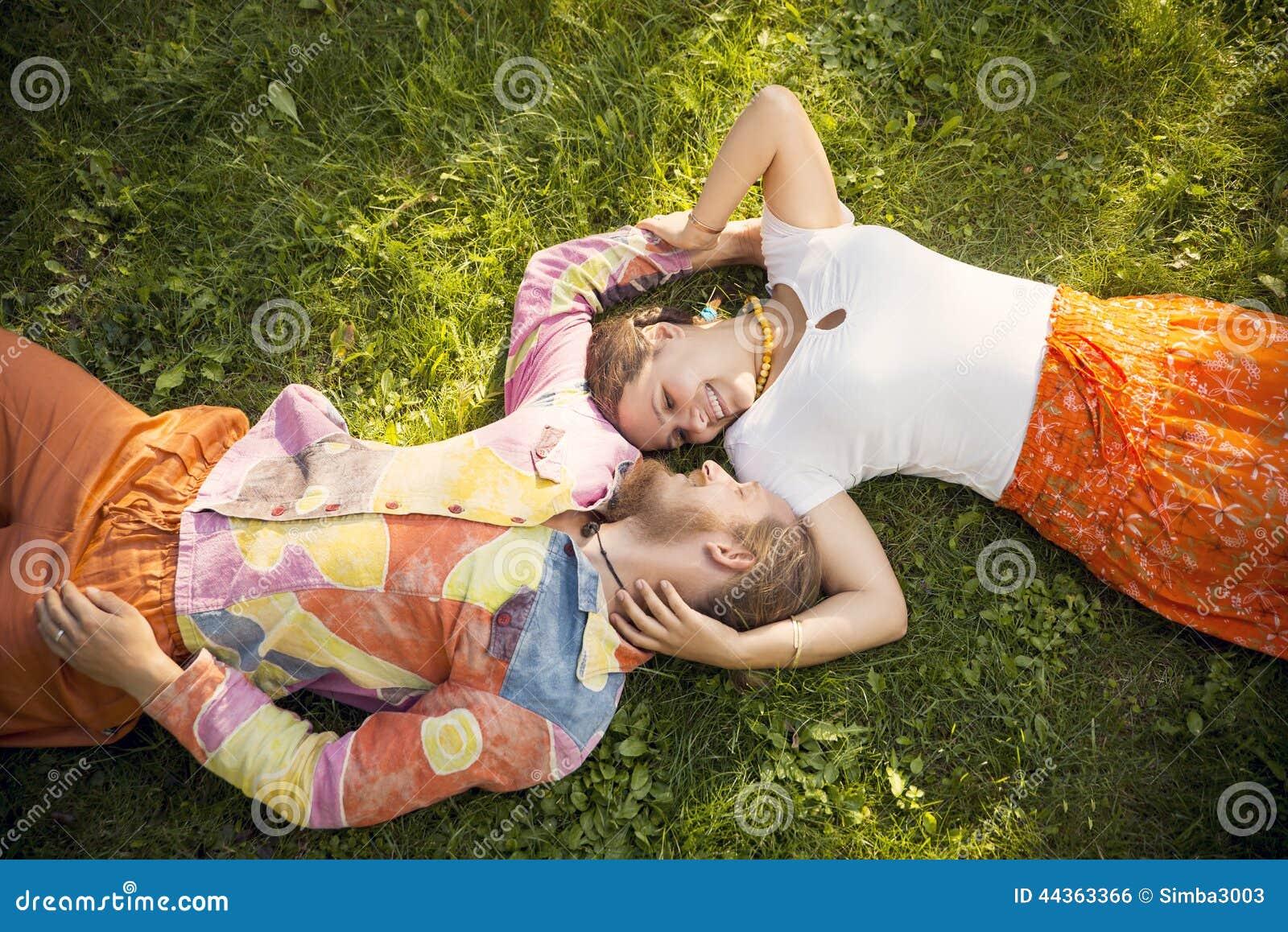 Coppie romantiche di bellezza che abbracciano menzogne all aperto