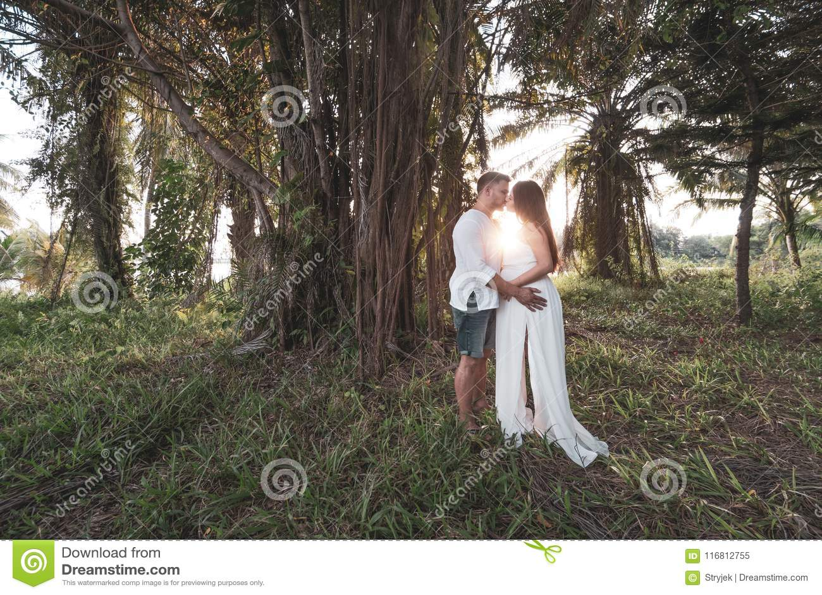 Coppie romantiche nel giardino