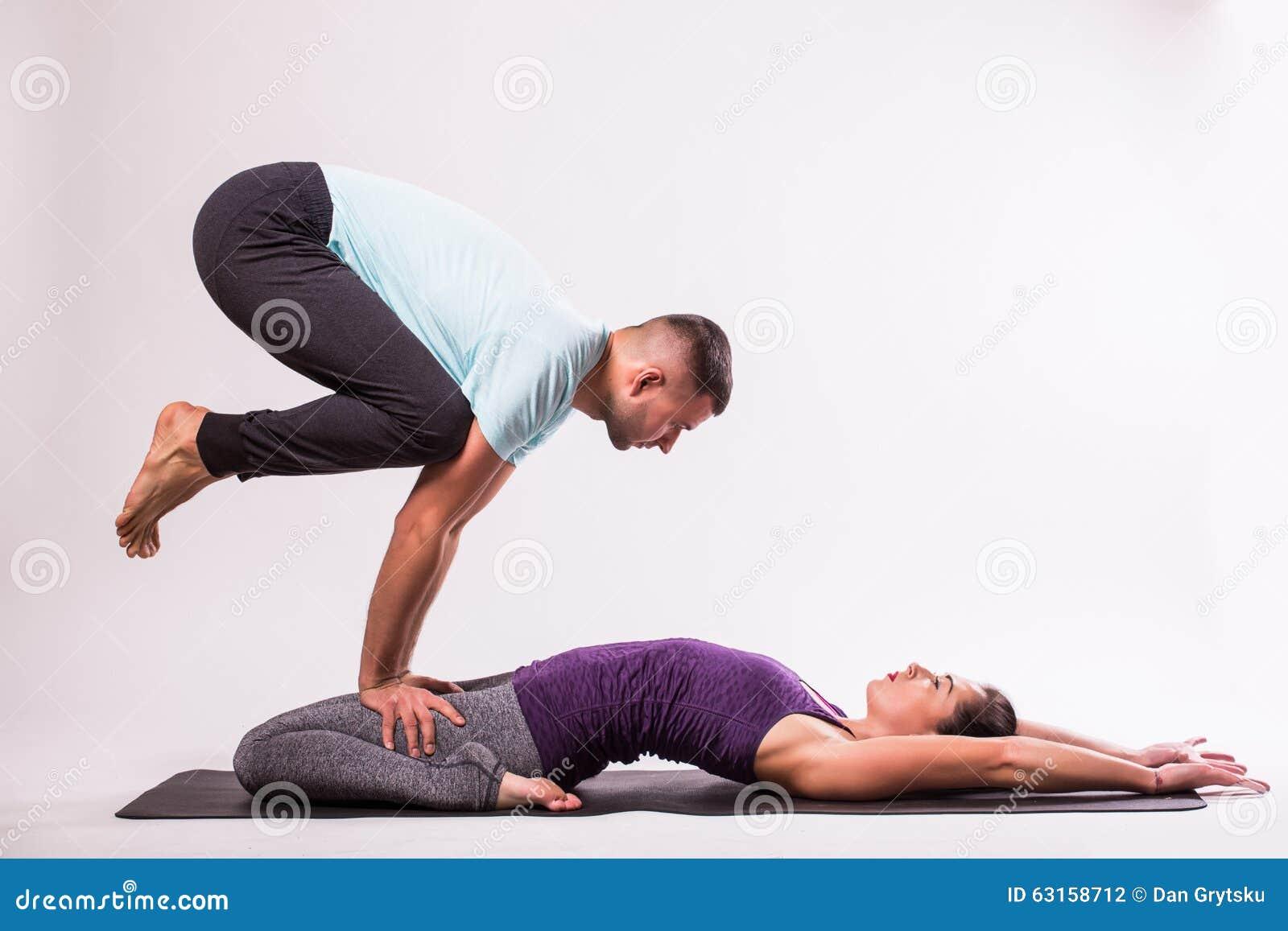spesso Coppie Sane Giovani Nella Posizione Di Yoga Fotografia Stock  BB17