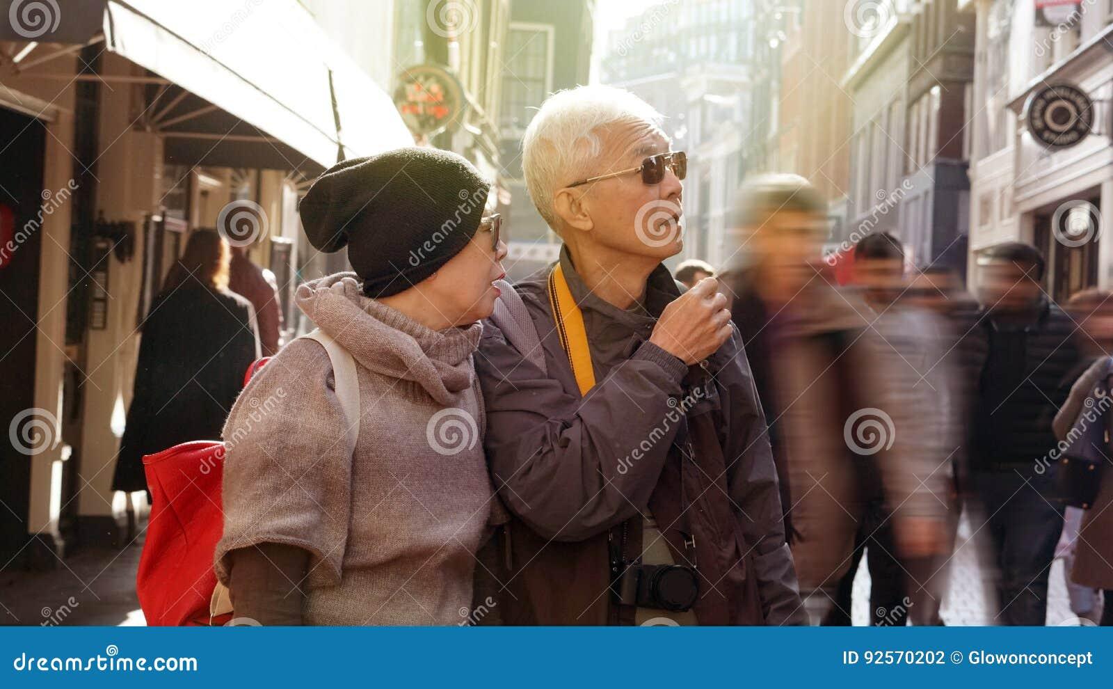 Coppie senior asiatiche perse in Europa Viaggio dopo il pensionamento e