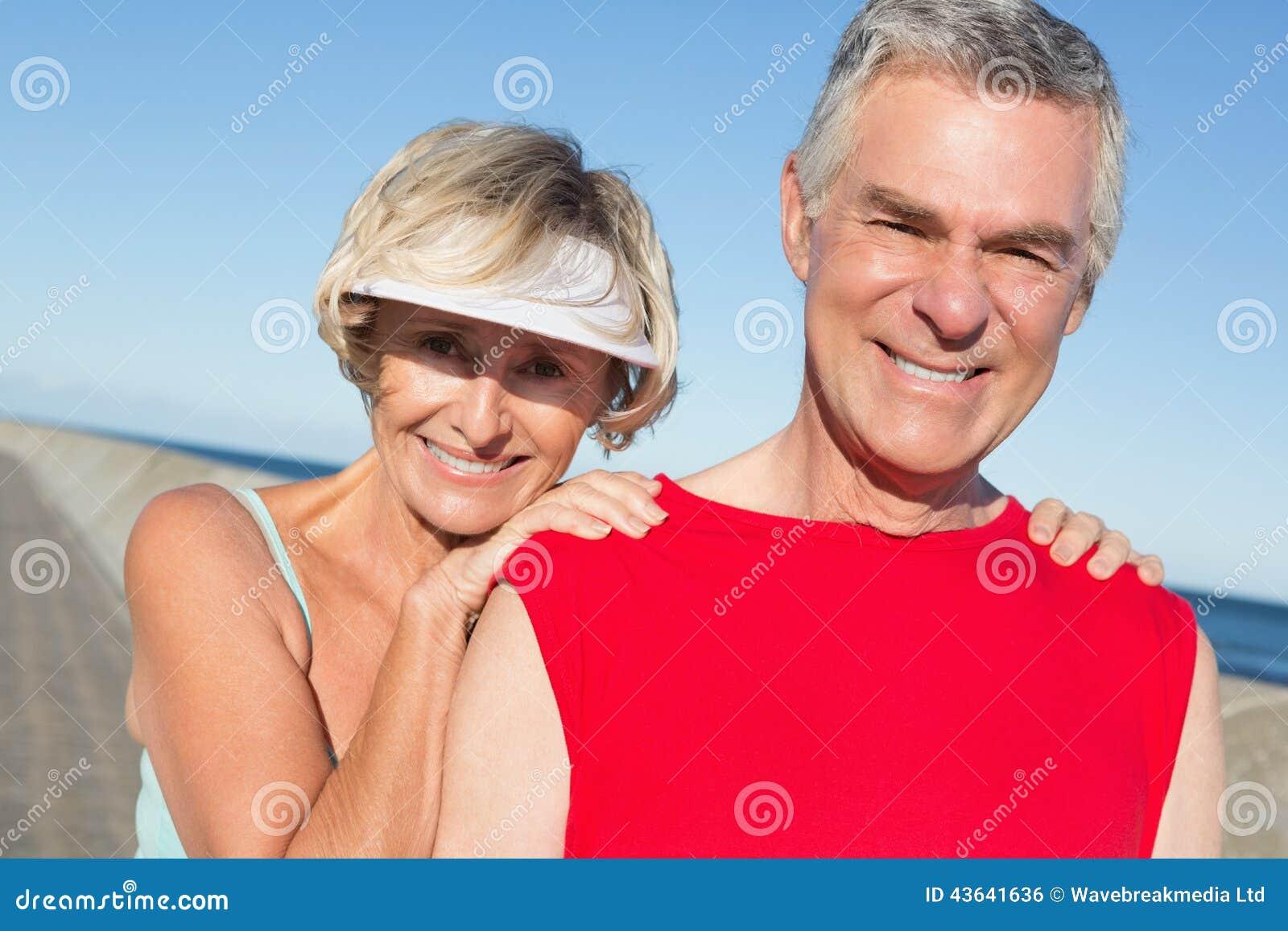 Coppie senior attive che allungano prima di un trotto