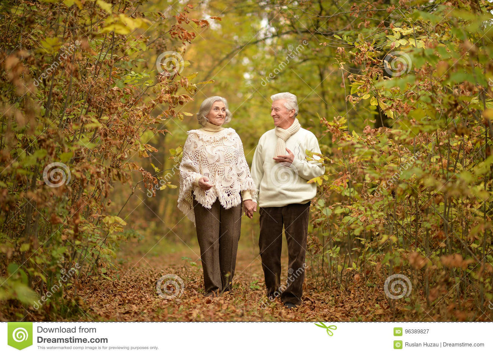 Coppie senior che camminano sul sentiero nel bosco