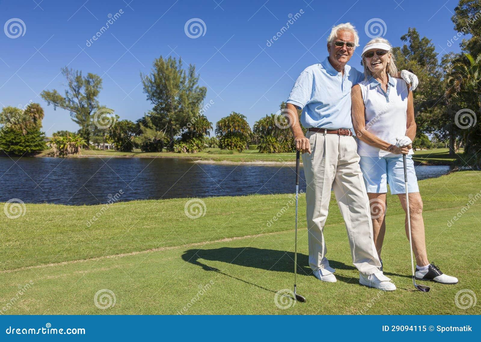Coppie senior felici che giocano golf