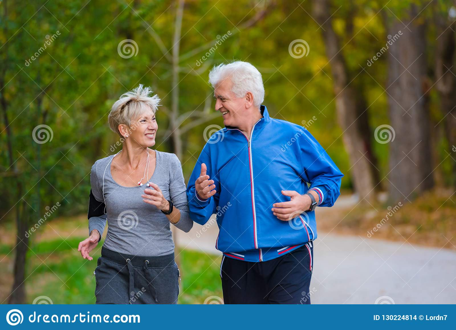 Coppie senior sorridenti che pareggiano nel parco
