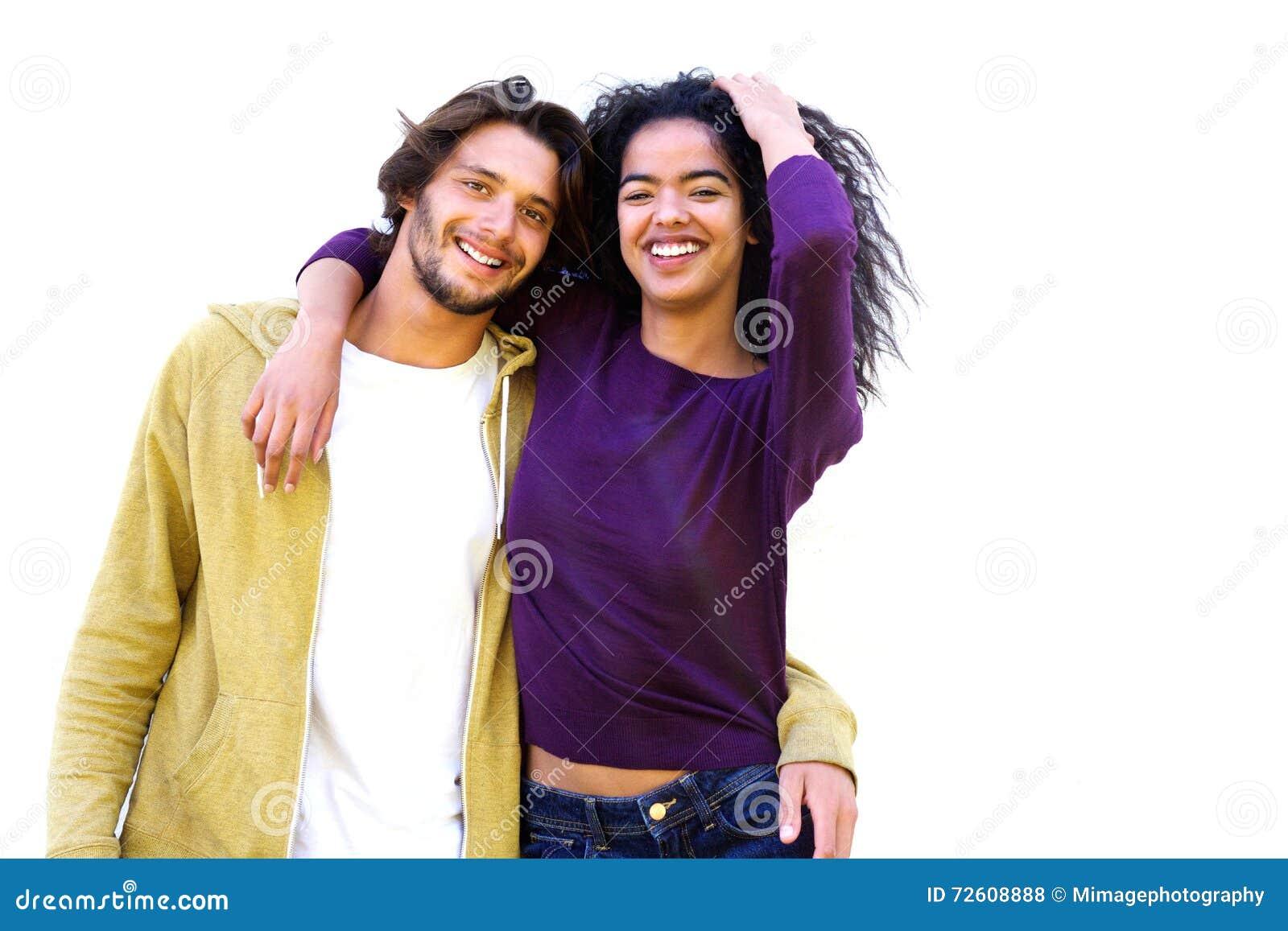 Coppie sorridenti contro fondo bianco