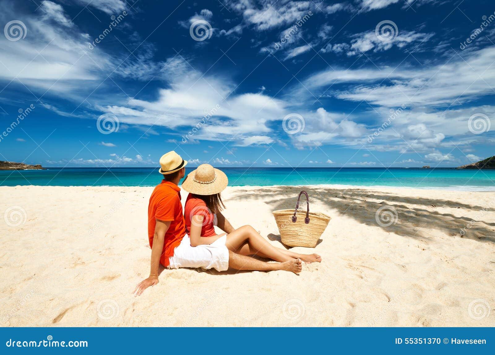 Coppie su una spiaggia alle Seychelles