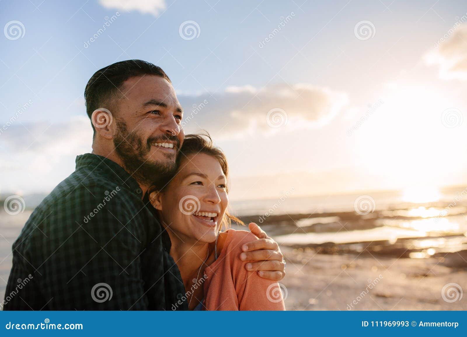 Coppie su una vacanza vicino al mare