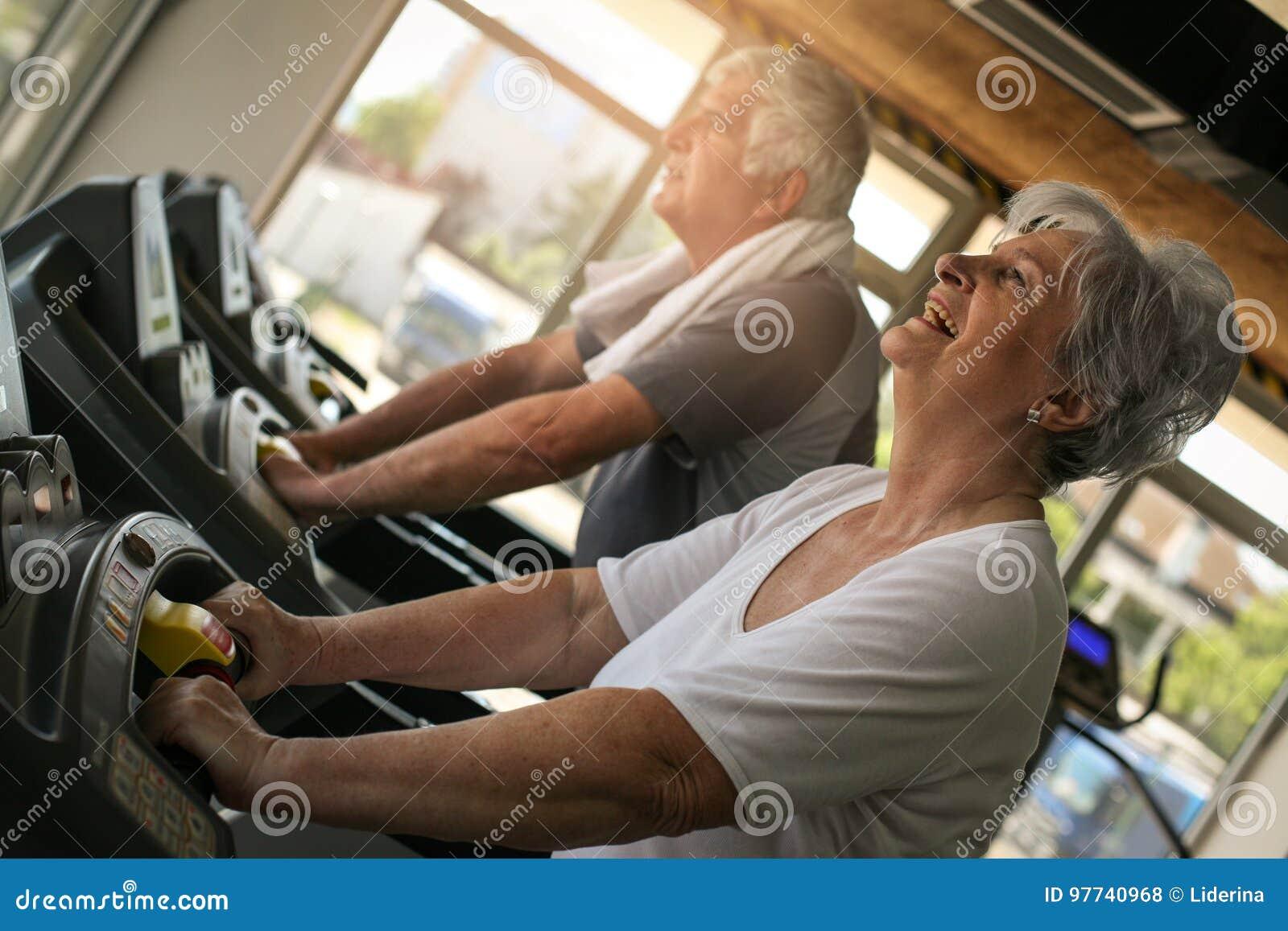 Coppie sulla macchina pareggiante Allenamento senior delle coppie nel g