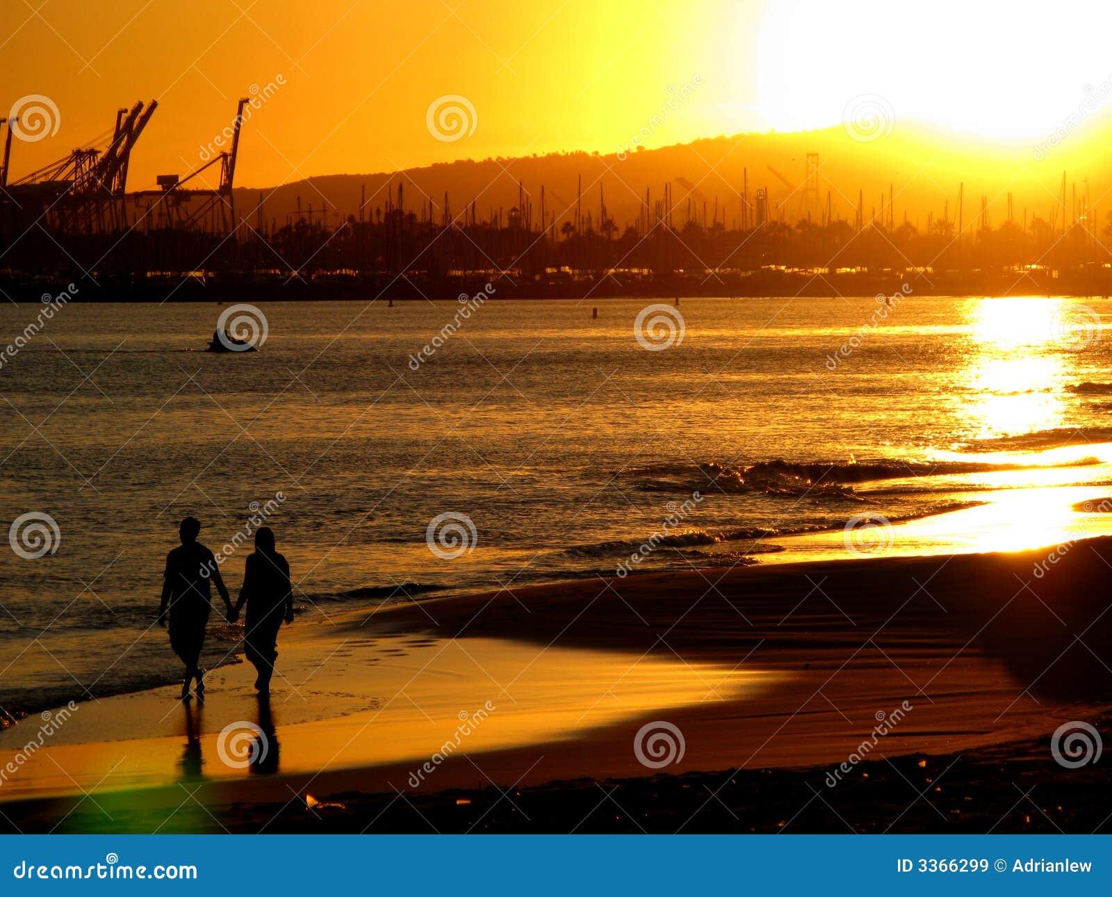 Matrimonio Sulla Spiaggia Al Tramonto : Coppie sulla spiaggia al tramonto immagine stock
