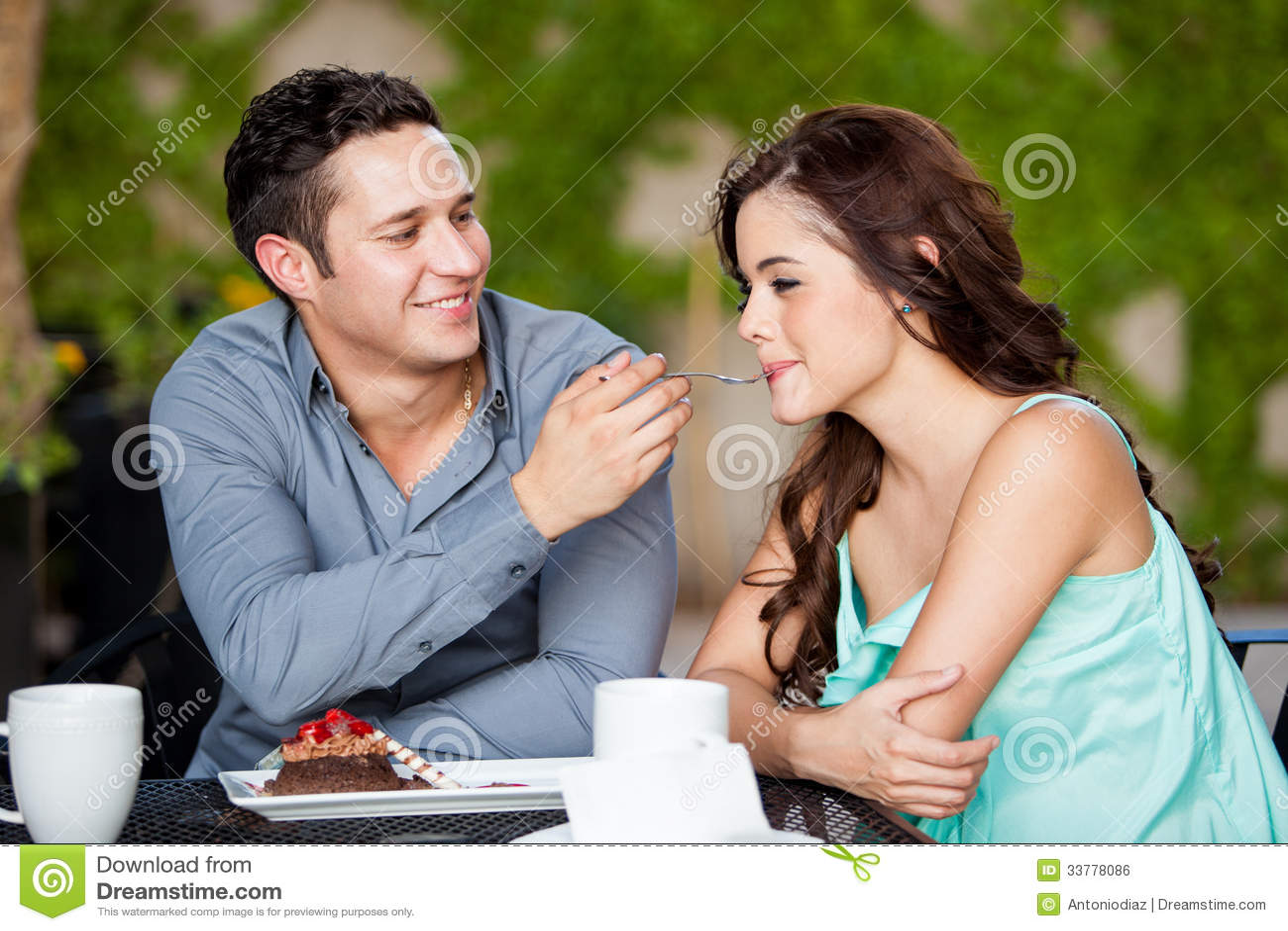 Coppie sveglie che dividono dolce ad un caffè