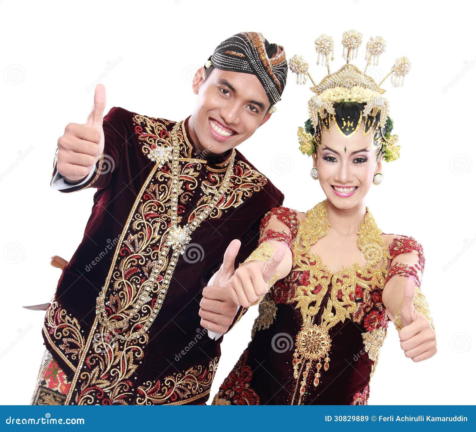 Coppie tradizionali felici di nozze di Java con i pollici su