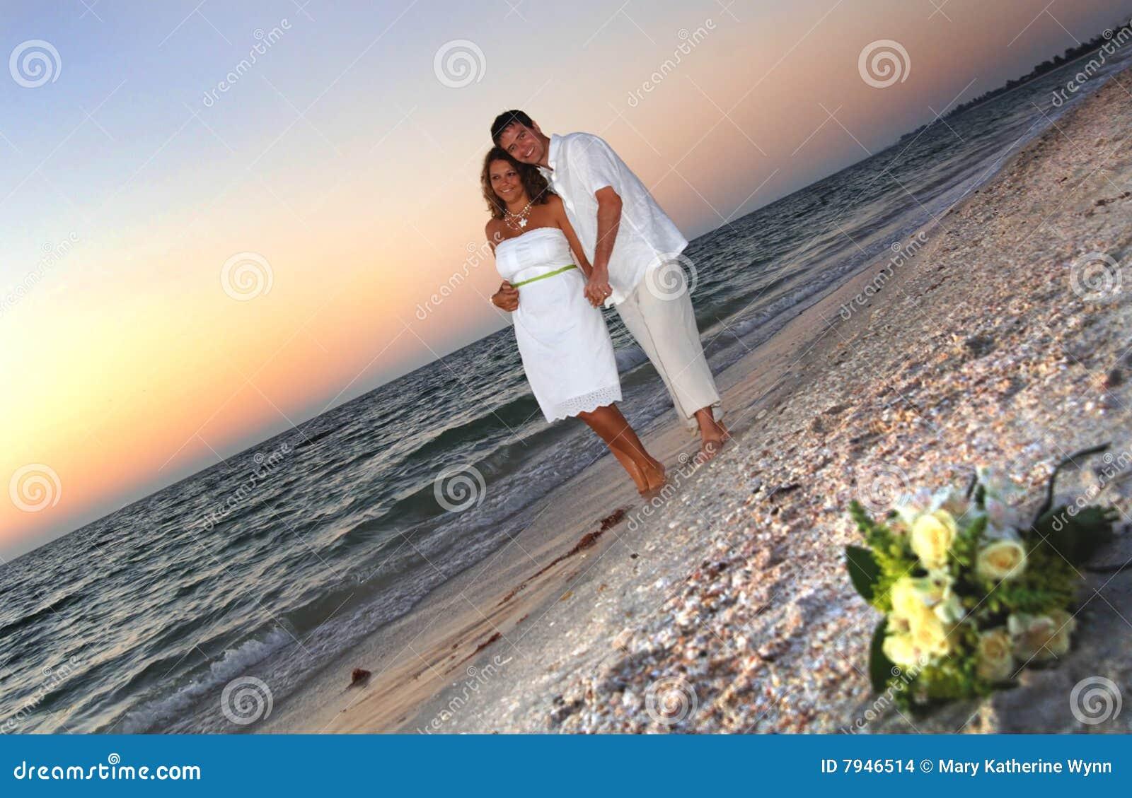 Coppie tropicali di cerimonia nuziale di spiaggia