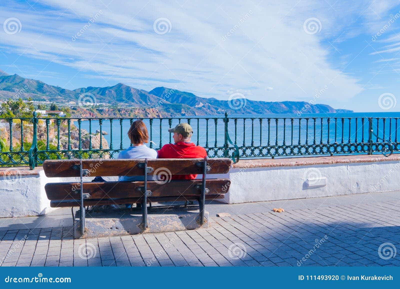 Coppie turistiche - vista panoramica di Nerja spain