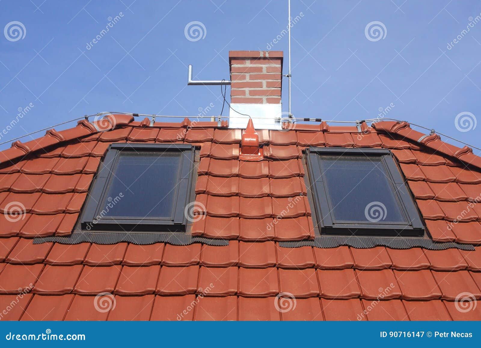 Copra le finestre, le mattonelle dell argilla, il camino ed il fulmine