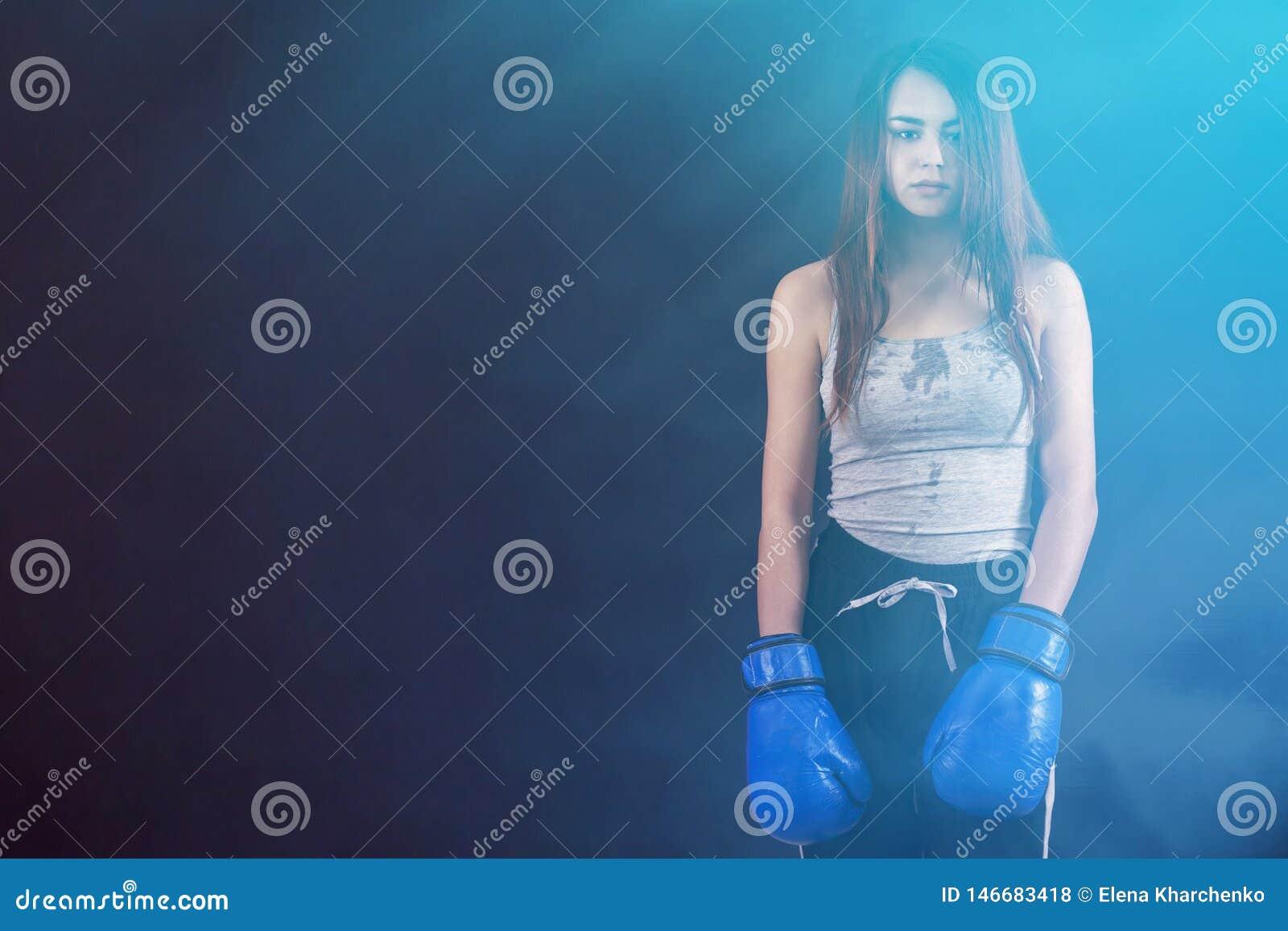 Copyspace стоимости перчаток бокса девушки боксера уставшее и потное