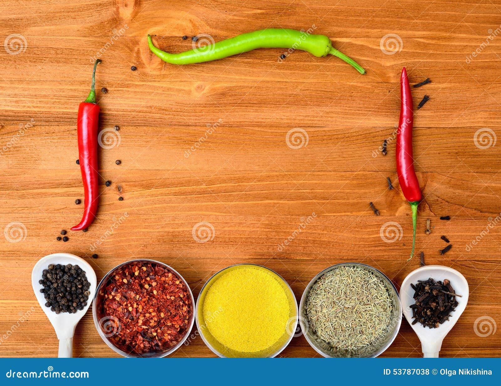 Copyspace jedzenia rama z pikantność i kulinarnymi akcesoriami