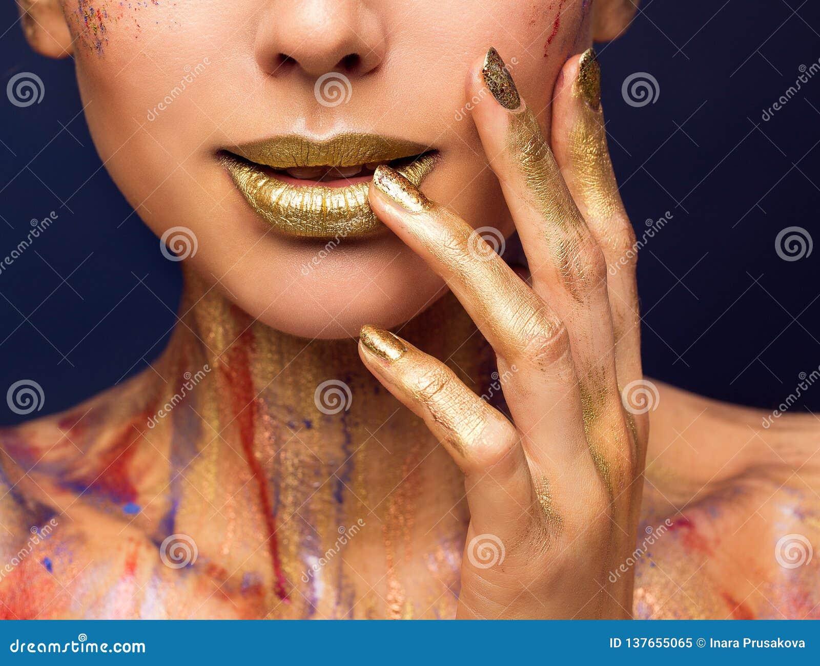 Cor do ouro dos bordos, composição da beleza da forma, pregos pintados mulher da cara
