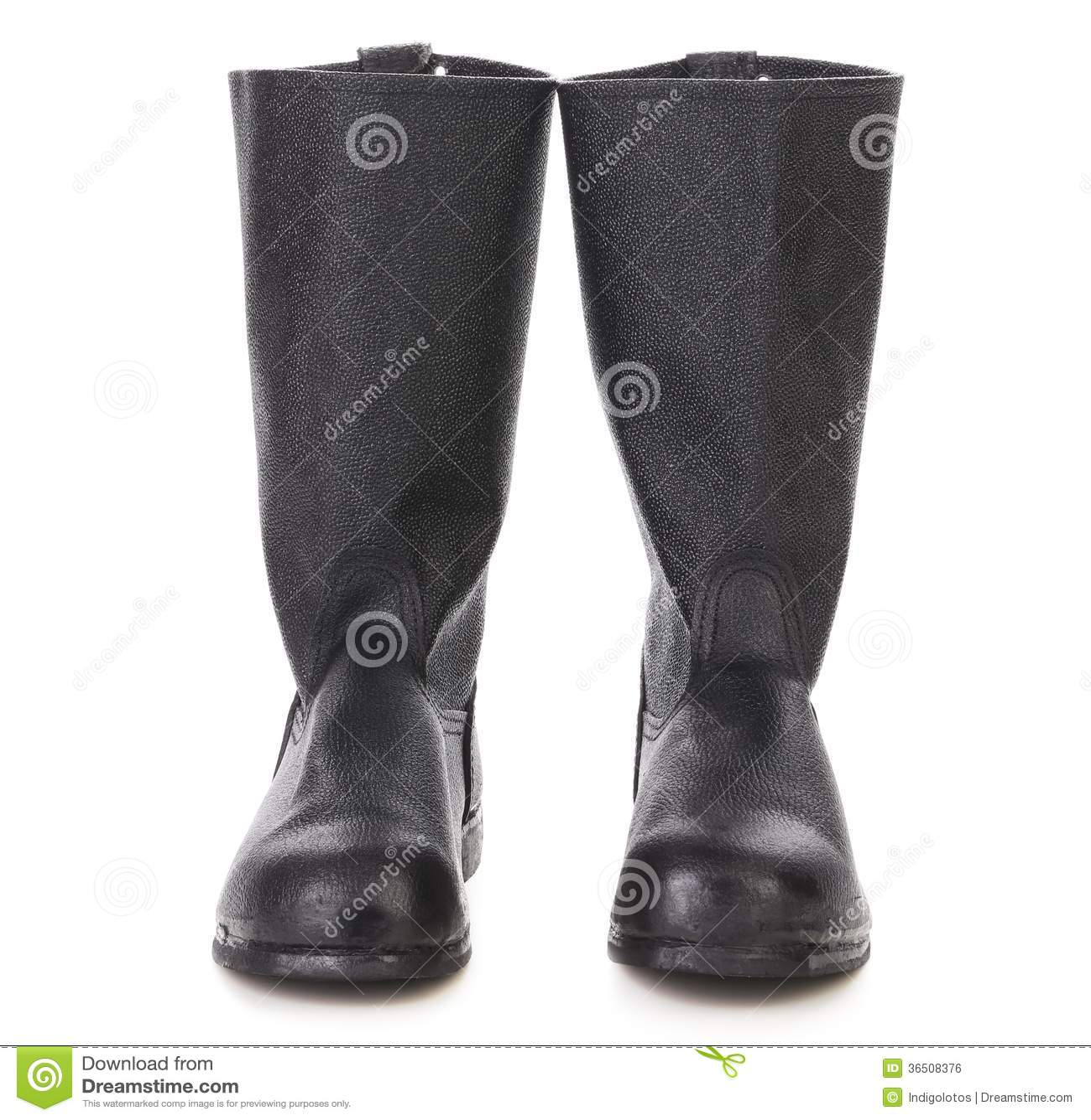 Cor preta das botas altas.