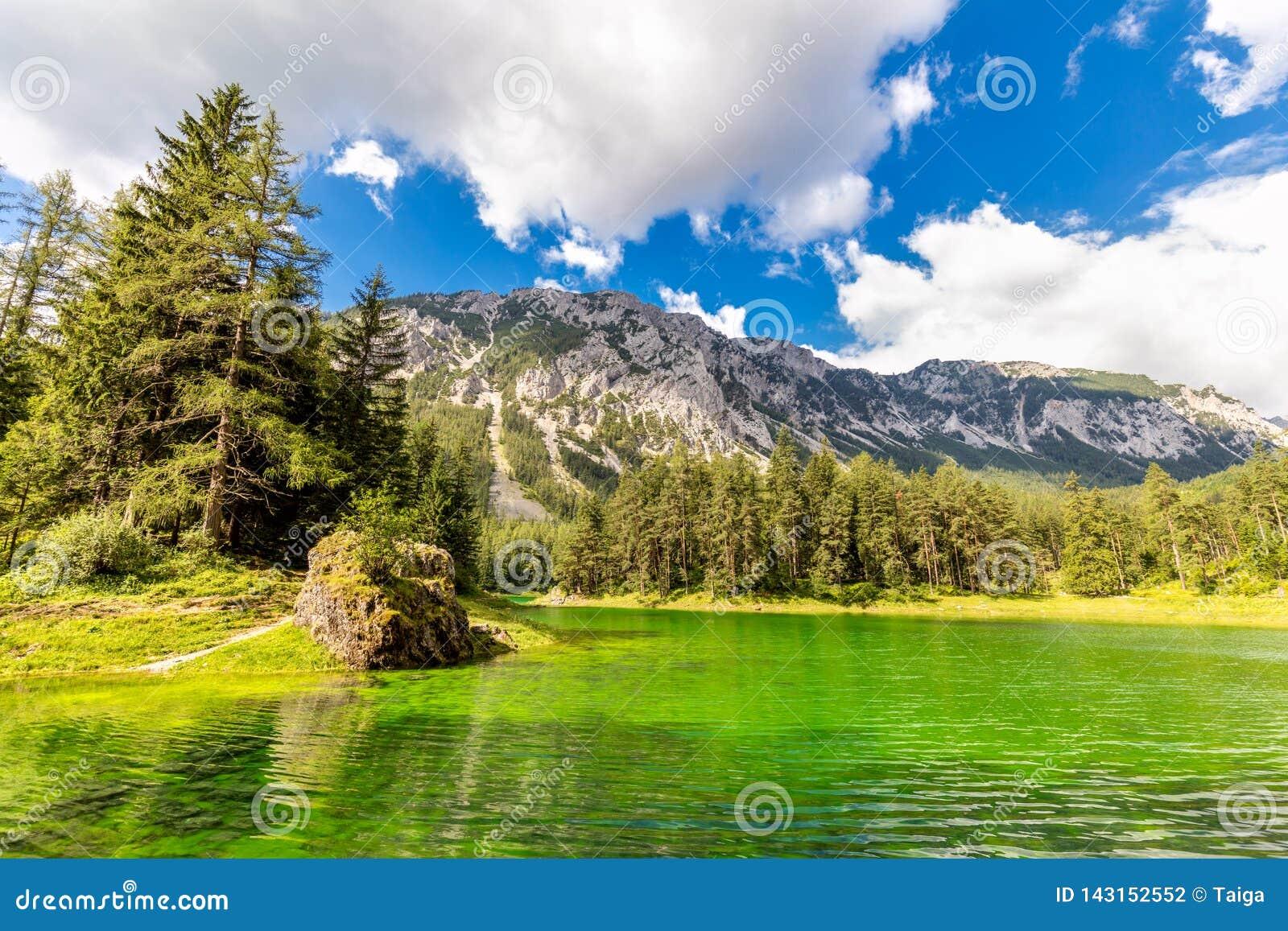 Cor verde real de surpresa do lago mountains, paisagem