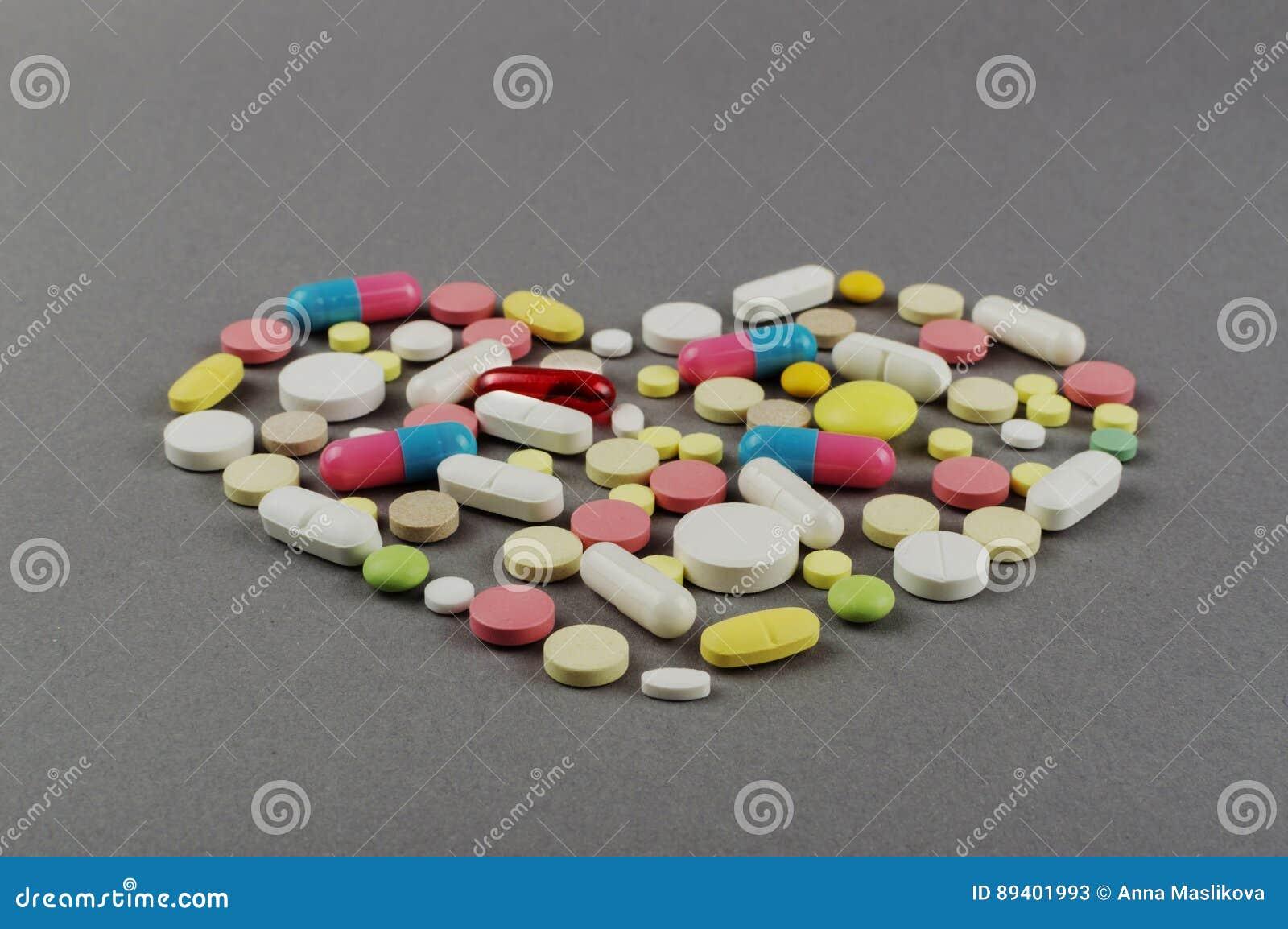 Coração criado dos comprimidos coloridos Conceito MÉDICO