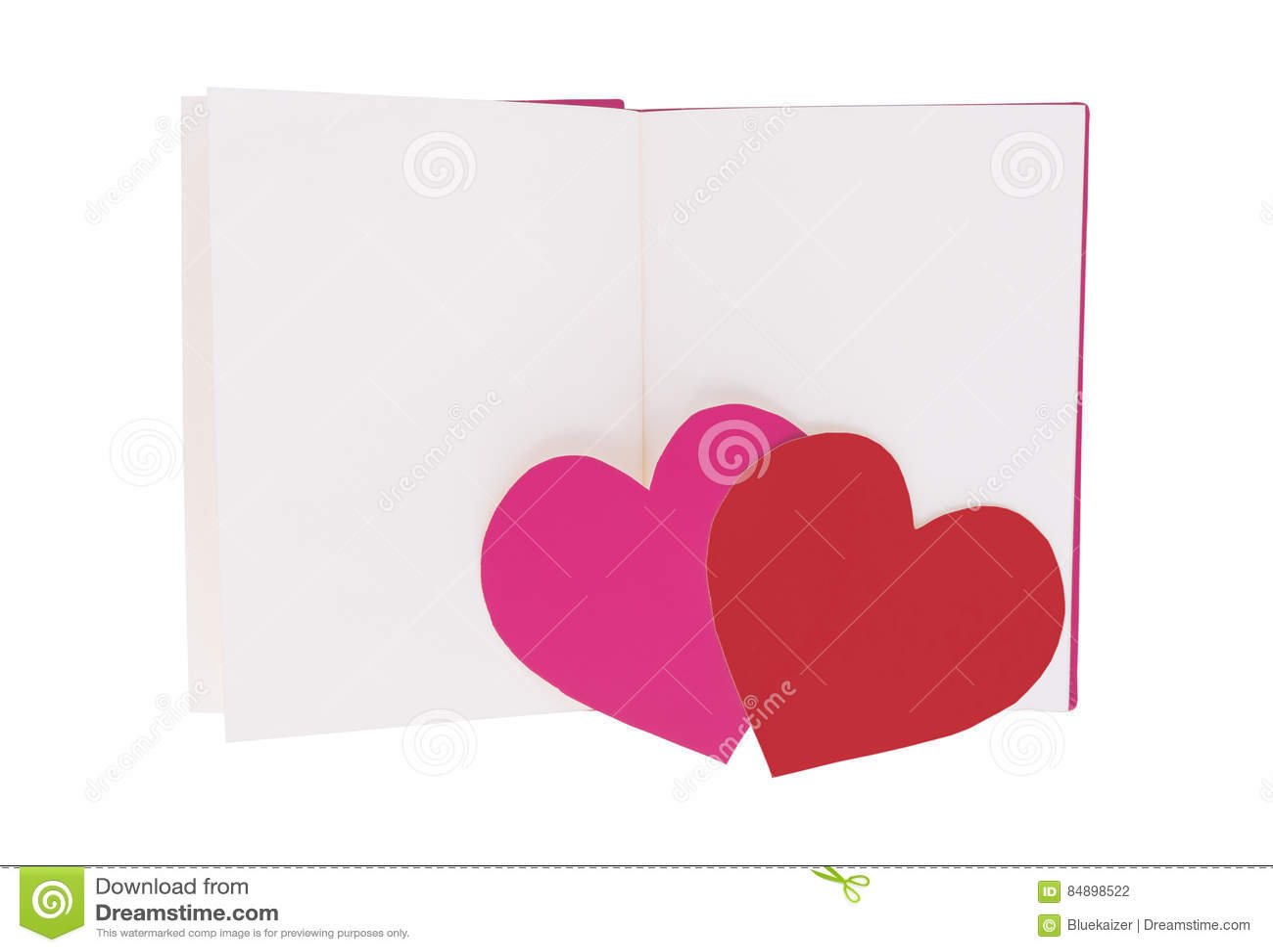 Coração de papel cor-de-rosa e vermelho no livro aberto da placa isolado no branco