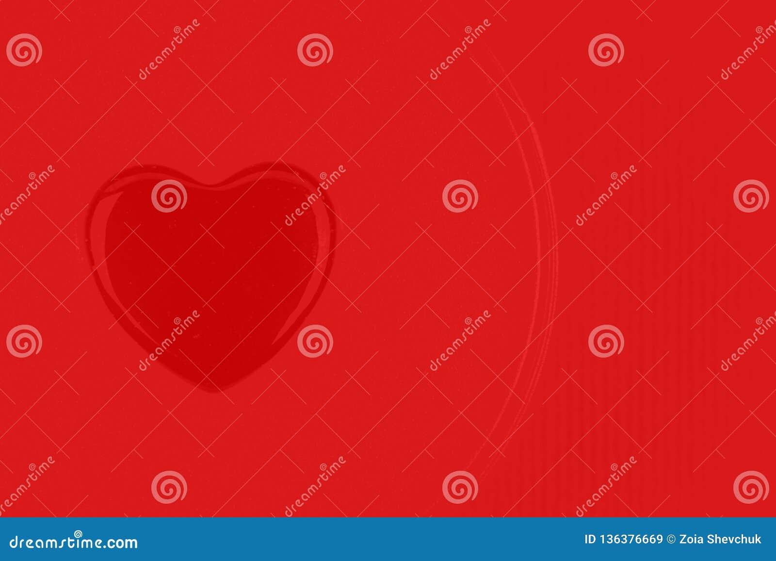 Coração de vidro vermelho no mesmo fundo que um símbolo do dia de Valentim