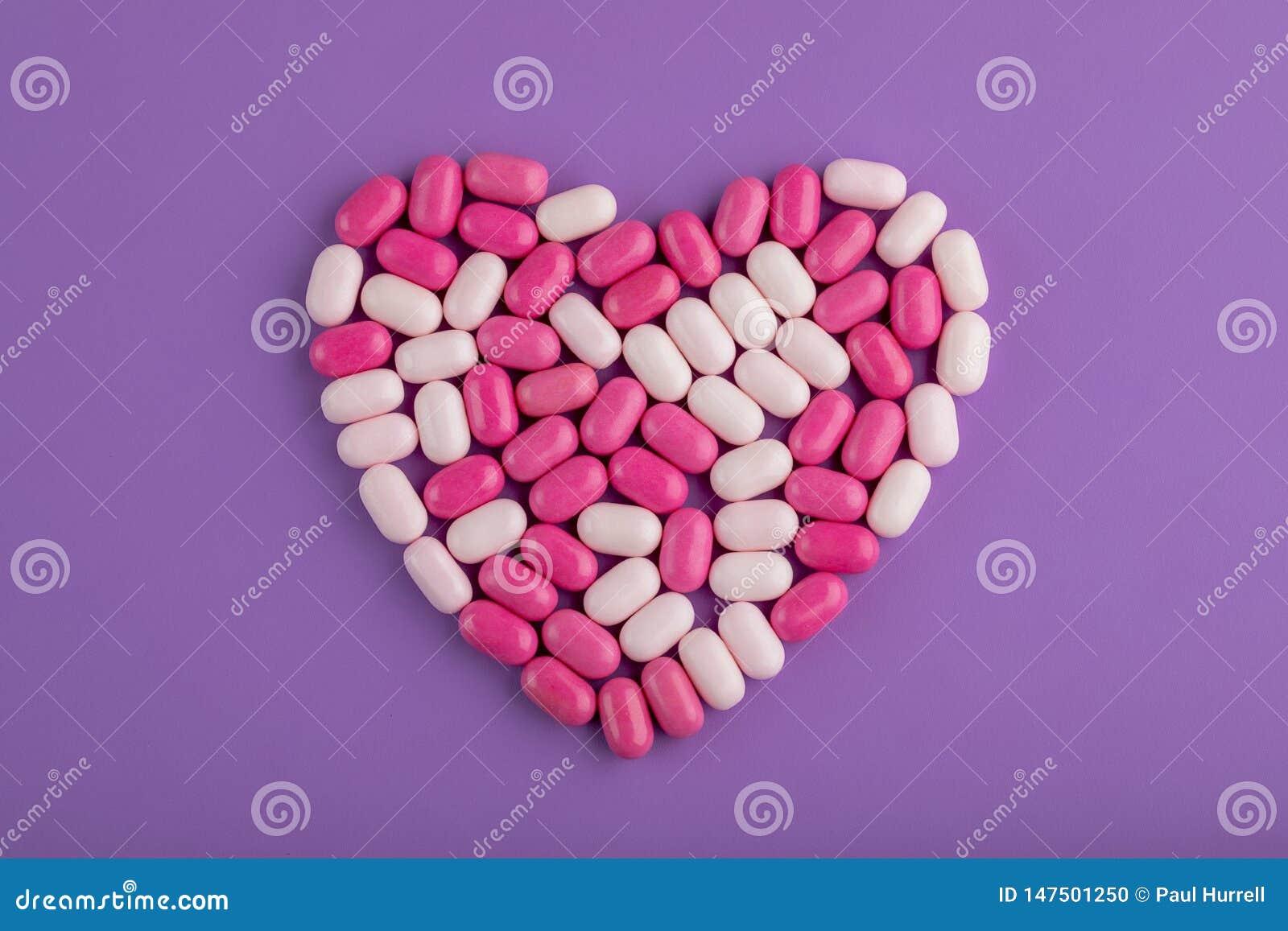 Coração dos doces no fundo roxo