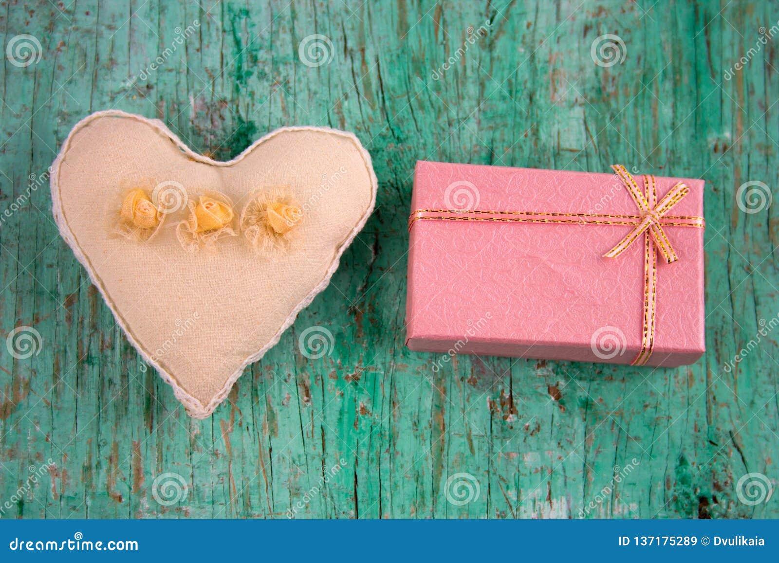 Coração e caixa de presente enchidos do brinquedo
