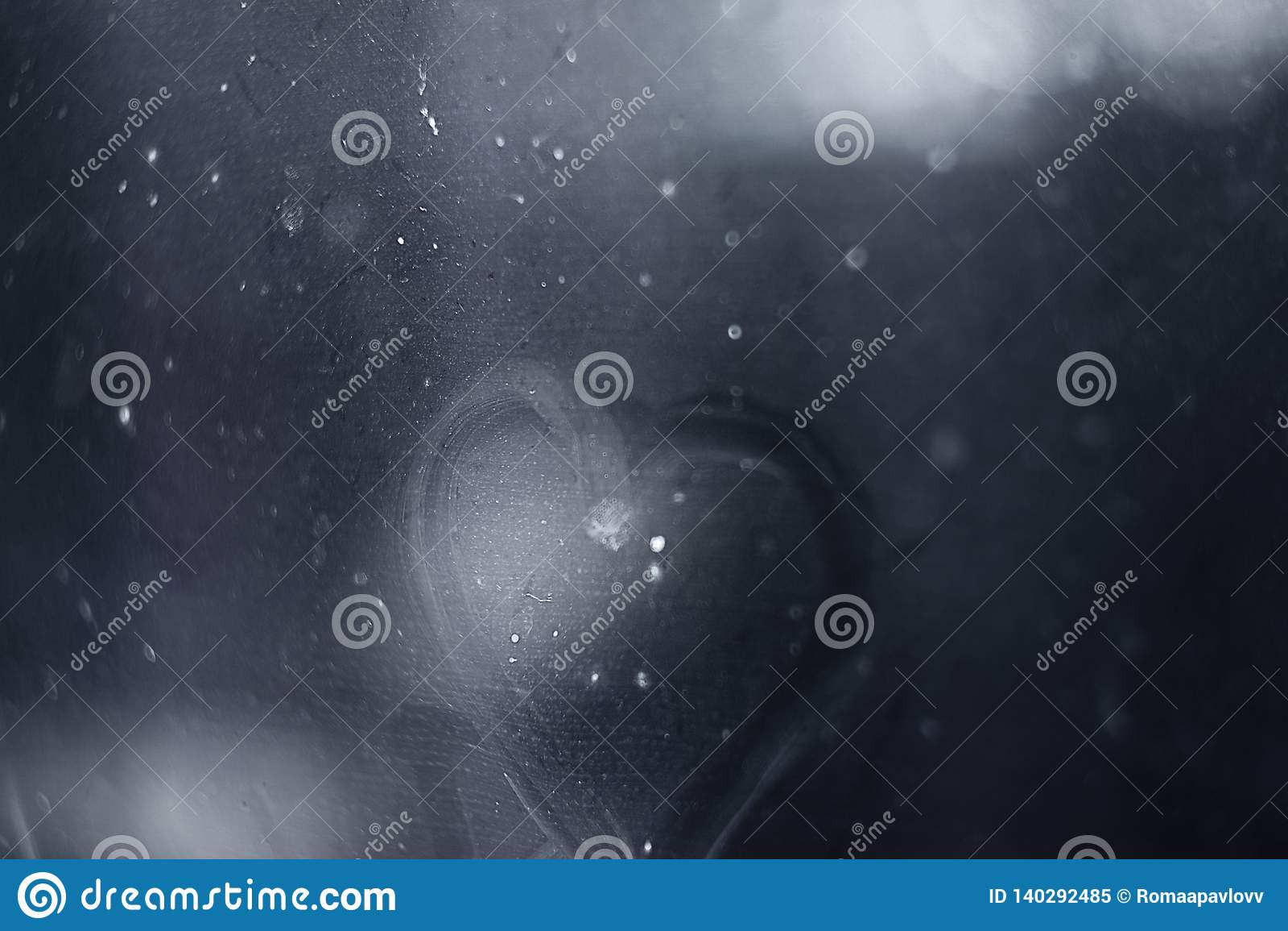 Coração pintado na janela molhada
