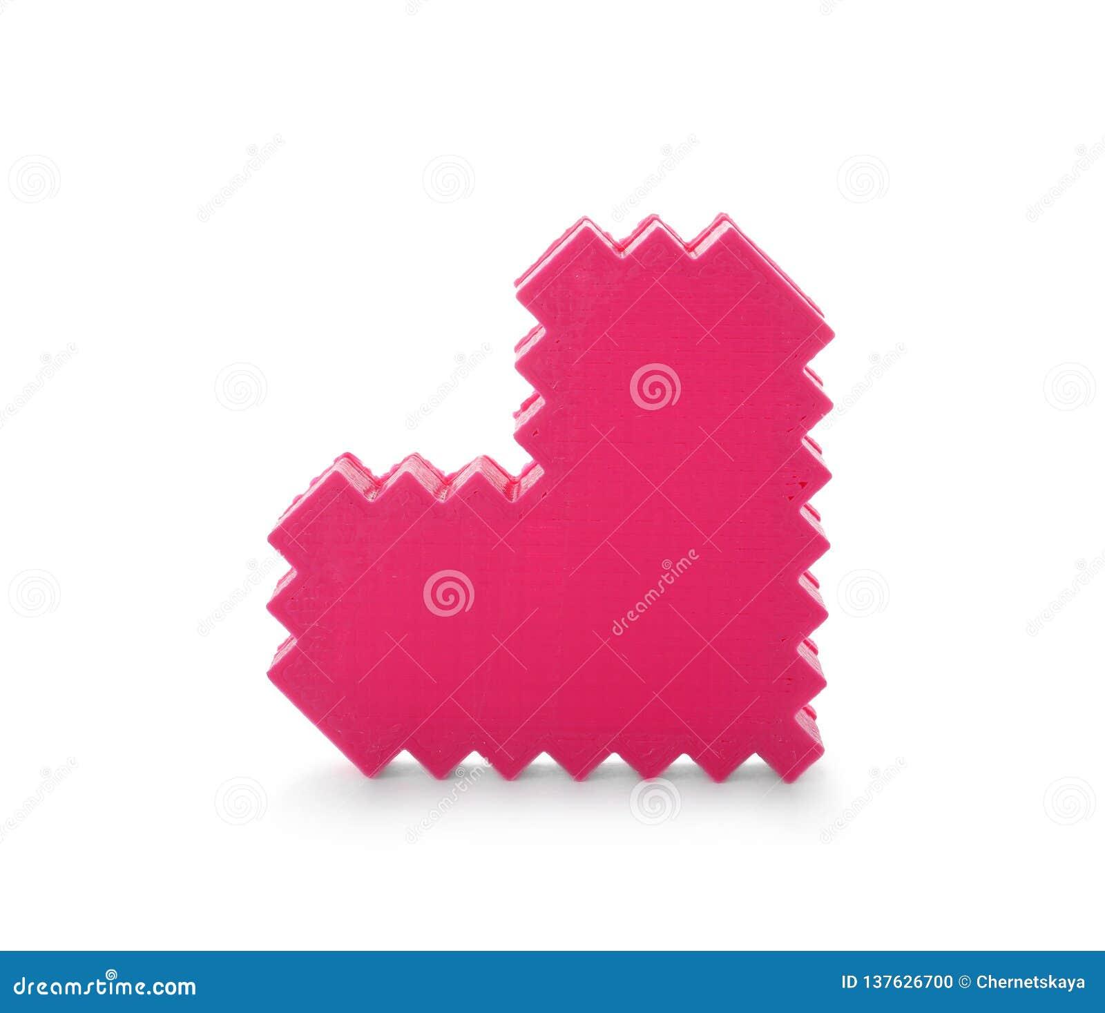 Coração plástico decorativo no fundo branco