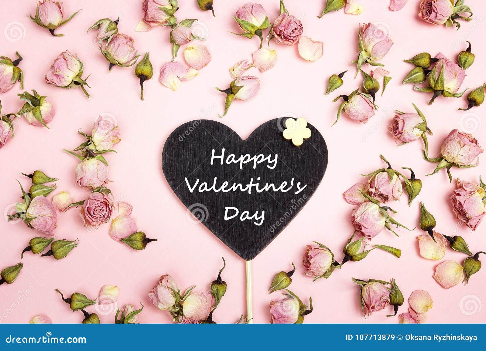 Coração-quadro-negro com congratulação e as rosas pequenas