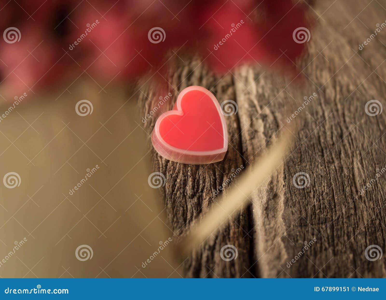 Coração vermelho na madeira velha