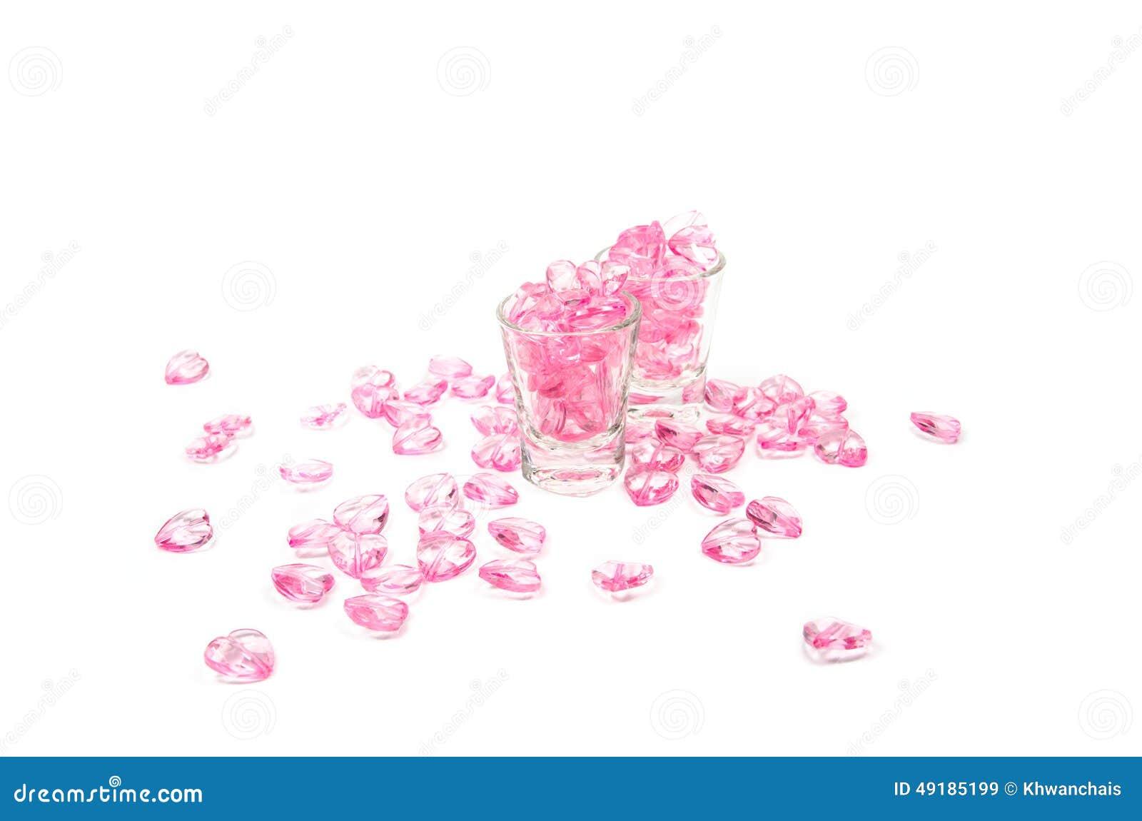 Corações cor-de-rosa de vidro no fundo branco