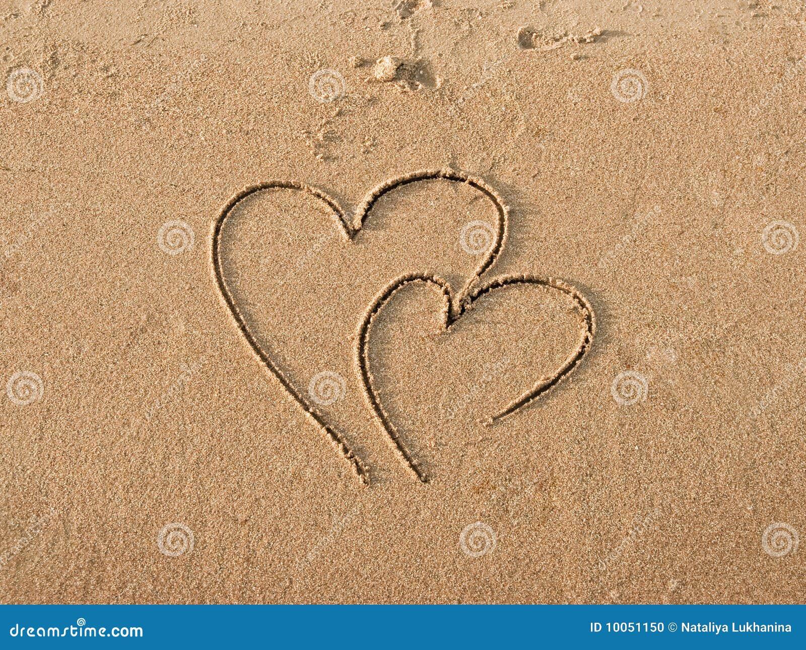 Corações desenhados na areia