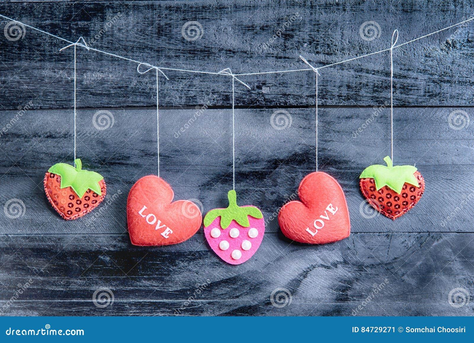 Corações do dia de Valentim no fundo de madeira do vintage