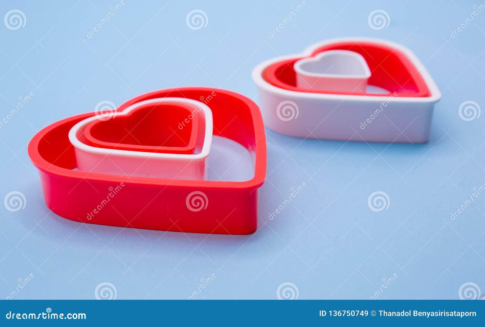 Corações plásticos vermelhos e brancos para o dia de Valentin feliz