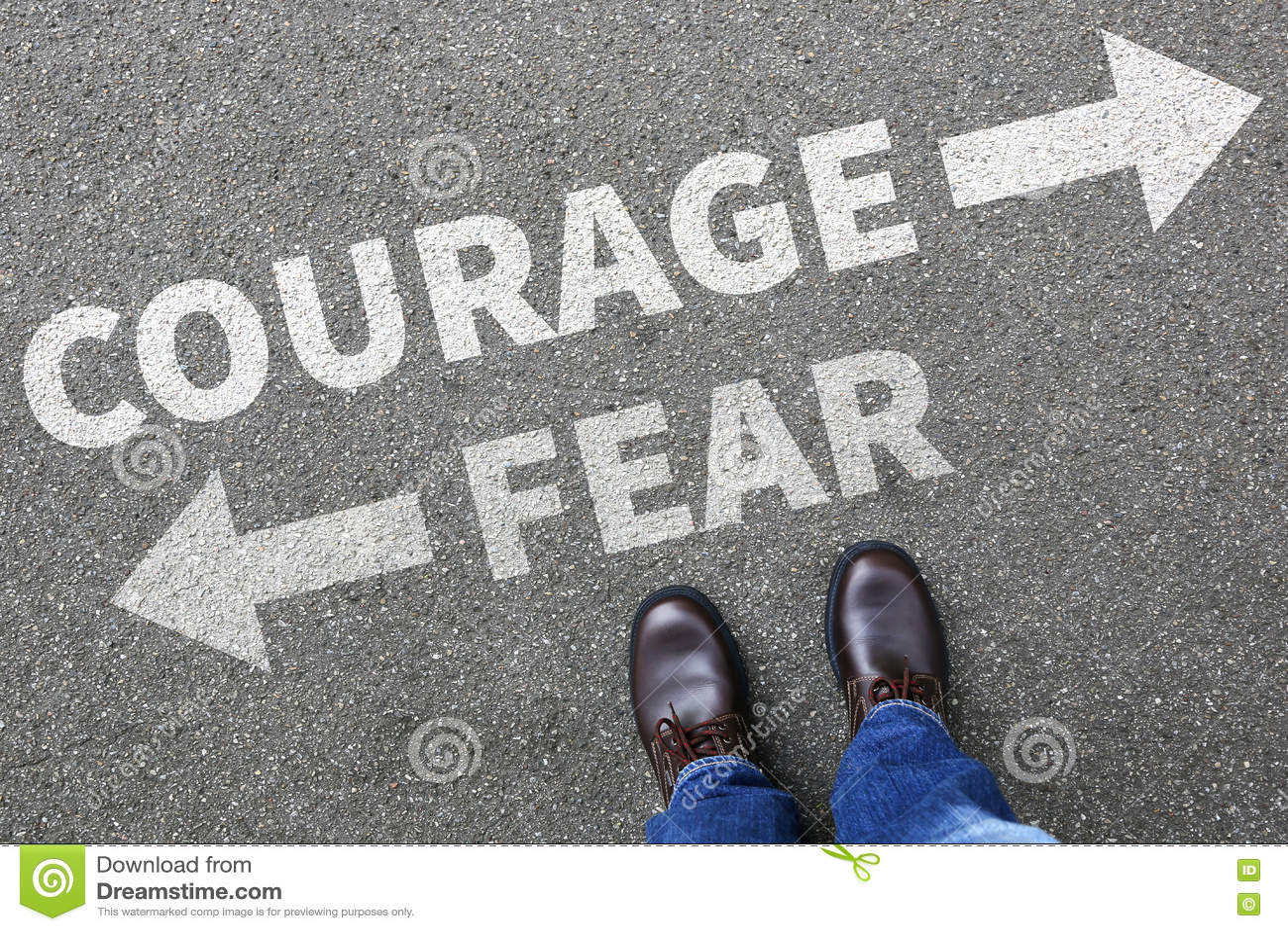 A coragem e o medo arriscam o homem de negócio forte da força futura da segurança