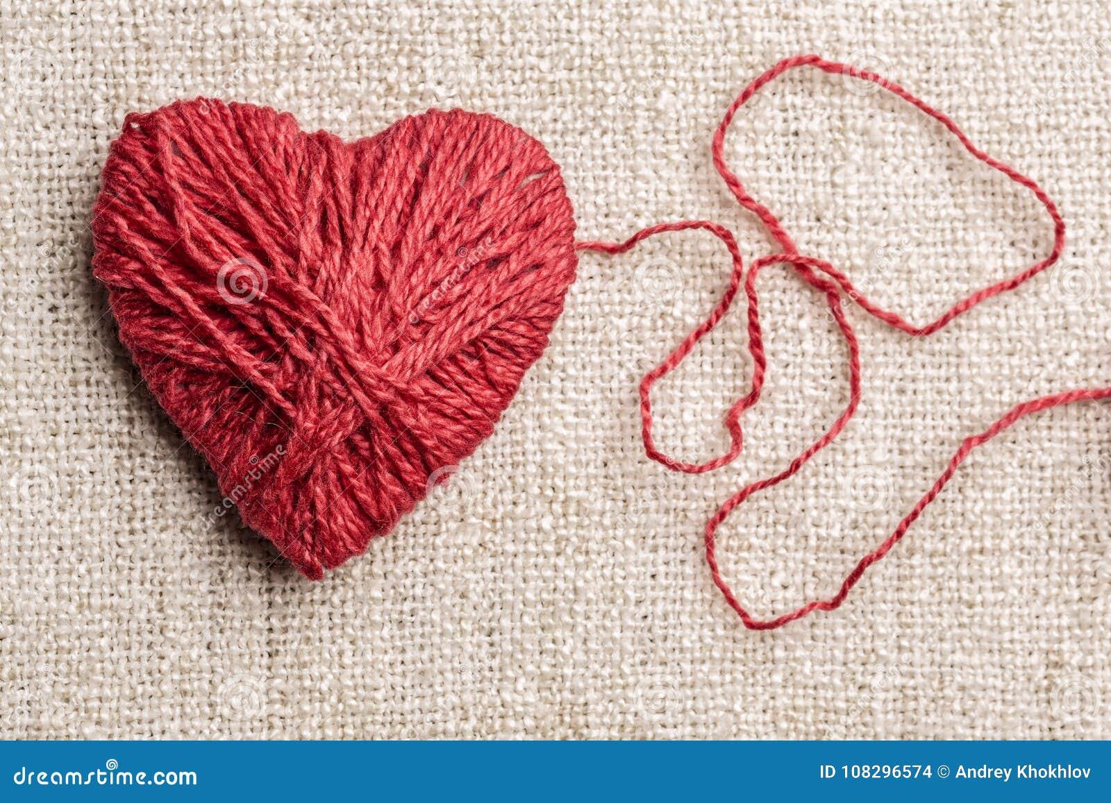 Corazón caliente hecho del hilado de lanas rojo