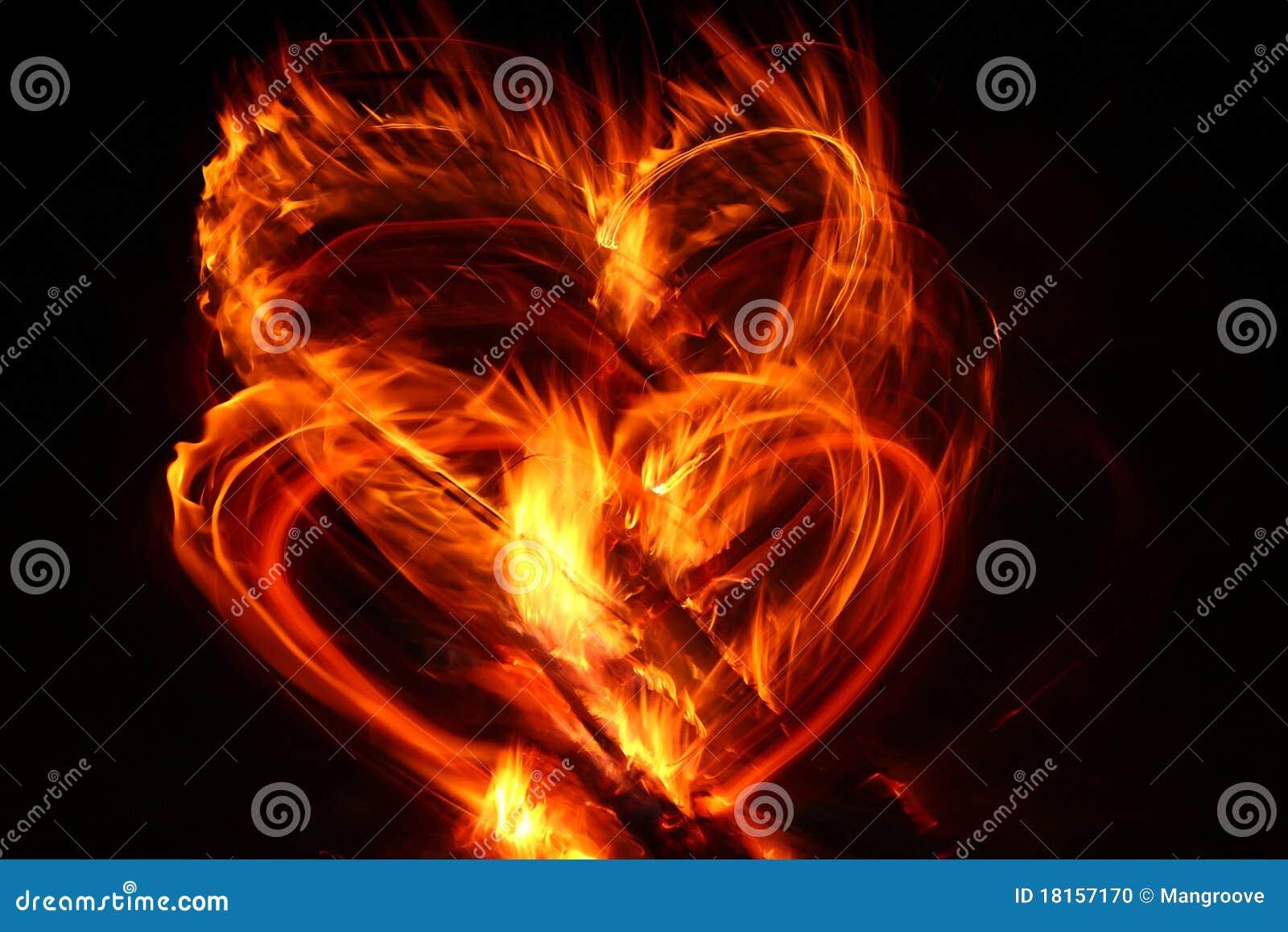 Corazón de la tarjeta del día de San Valentín en el fuego