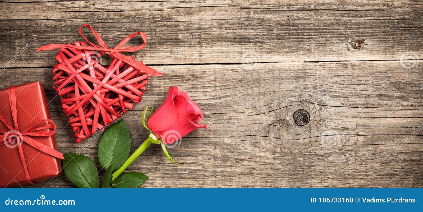 Corazón De Mimbre Rojo, Caja De Regalo Y Flor Color De Rosa En Fondo ...