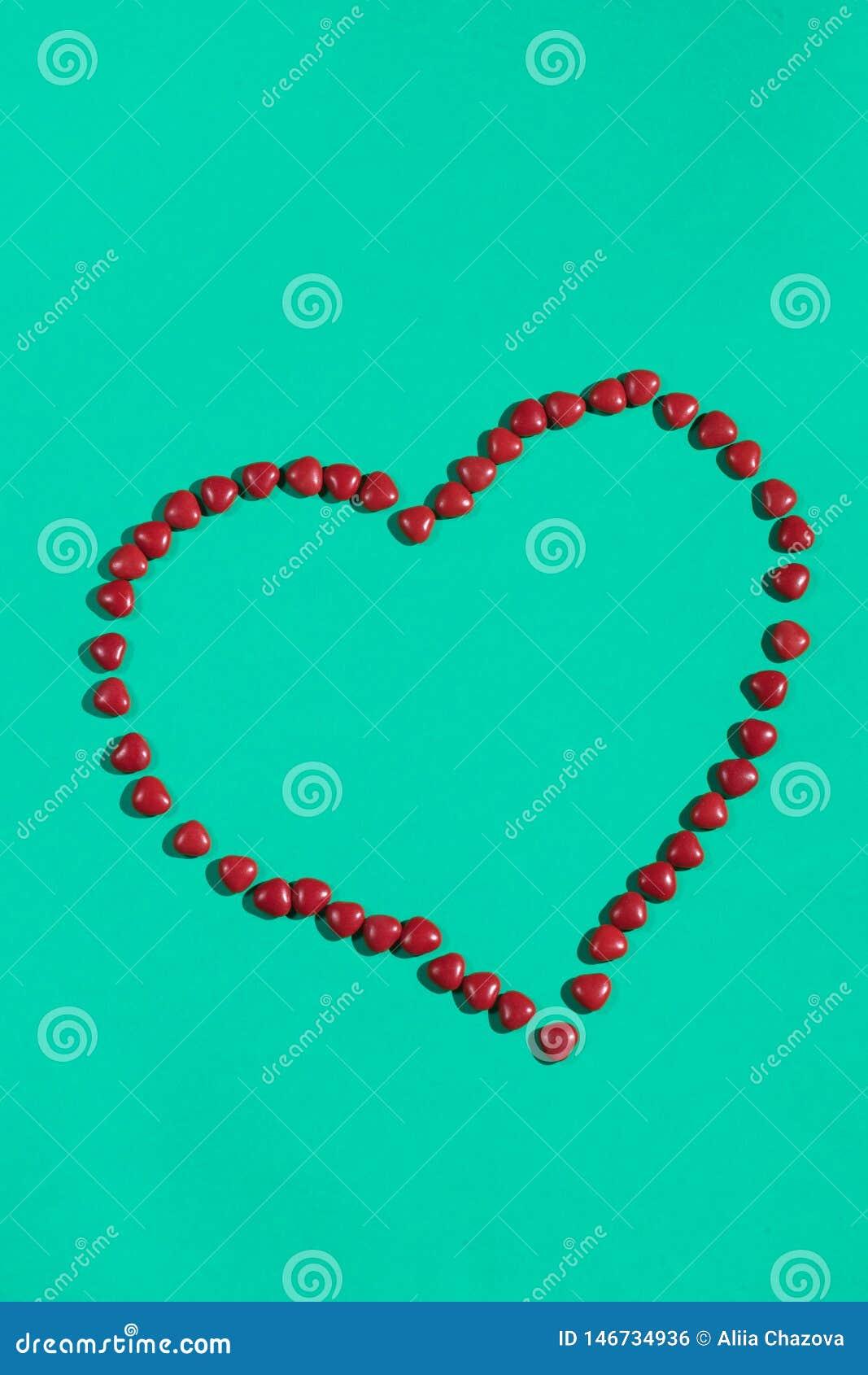 Corazón de píldoras en el fondo azul