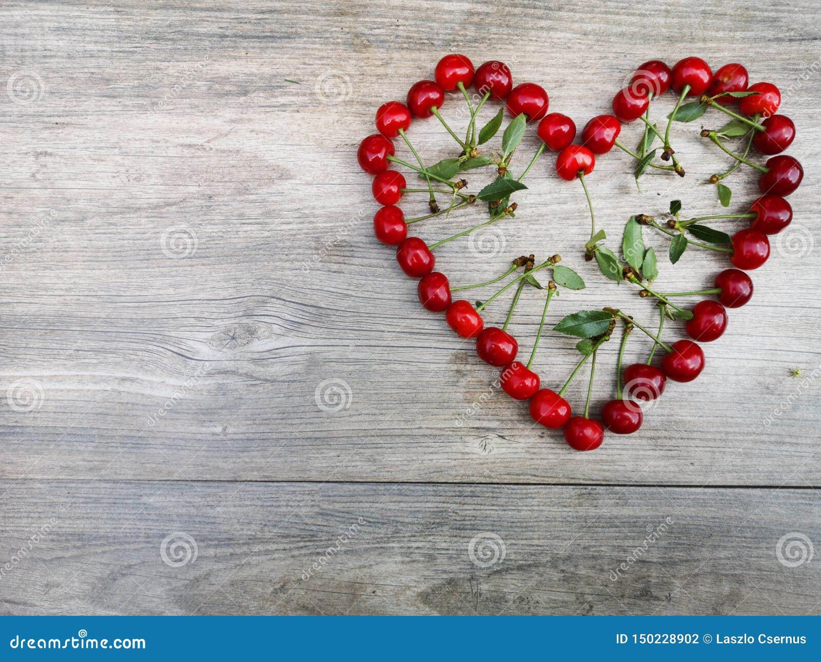 Corazón del amor de la fruta del verano de la cereza