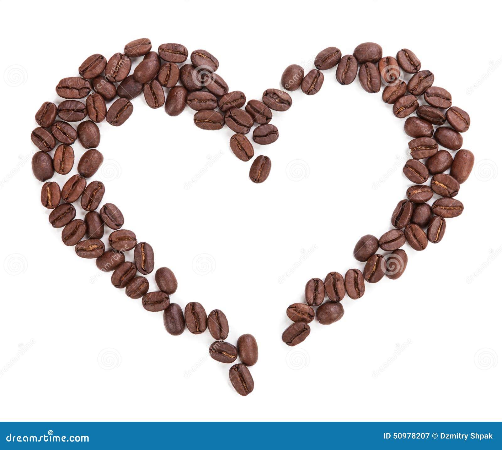 Corazón del café aislado en el fondo blanco