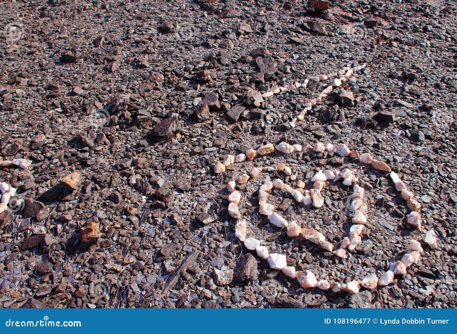 Corazón del cuarzo en círculo en la ladera al norte de Yuma, Arizona